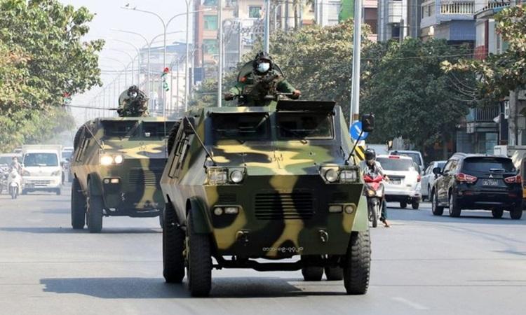 Xe bọc thép của quân đội Myanmar trên đường phố hôm 3/2 sau cuộc đảo chính đưa quân đội lên nắm. Ảnh: Reuters.