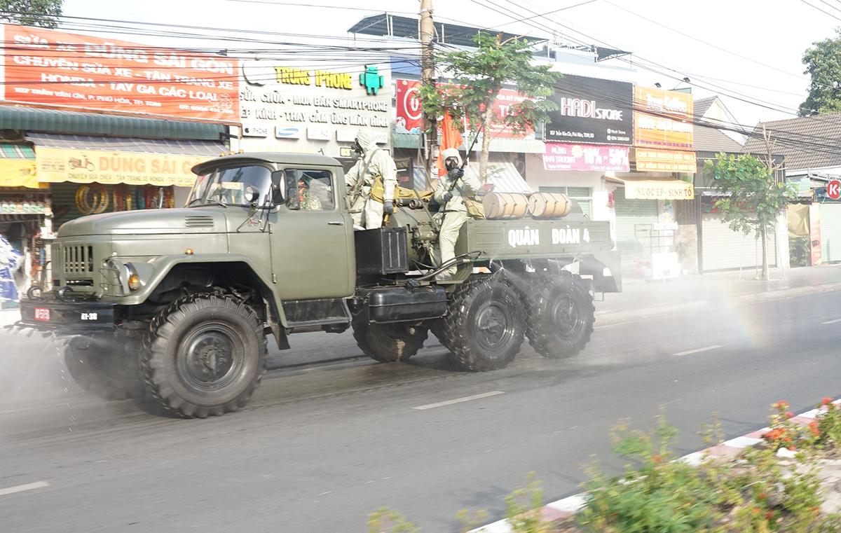 Lực lượng chức năng phun xịt khử khuẩn trên đường phố TP Thủ Dầu Một sáng 4/2. Ảnh: Nguyệt Triều