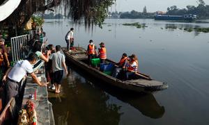 Thuê thuyền ra giữa sông thả cá cúng ông Táo