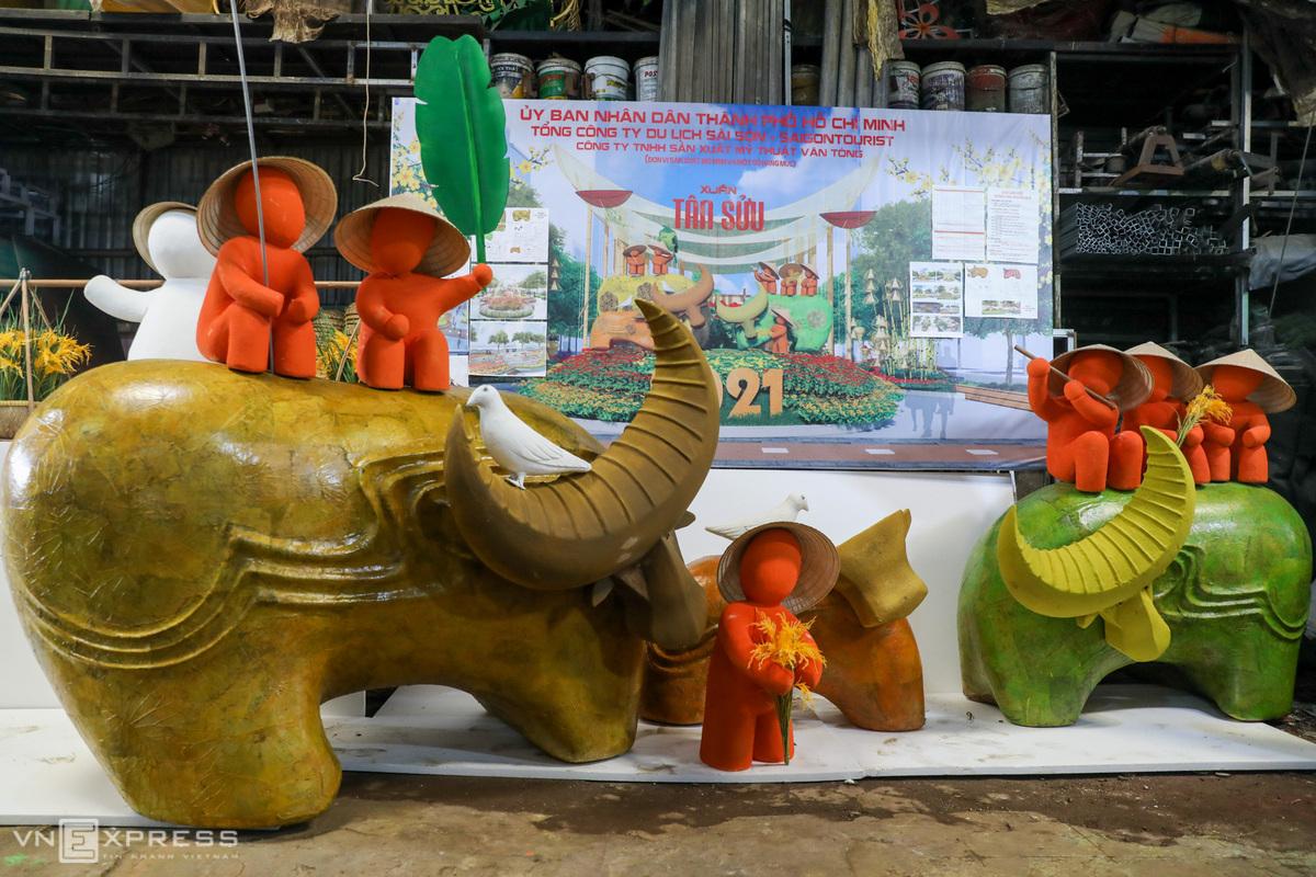 Những con trâu - linh vật của năm Tân Sửu được làm từ lá sen, mây tre, vỏ cừ tràm đã được hoàn thiện. Ảnh: Quỳnh Trần.