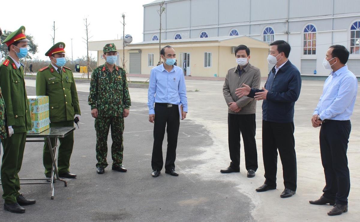 Bí thư Tỉnh ủy Hải Dương Phạm Xuân Thăng (thứ hai từ phải qua) kiểm tra  nơi cách ly tập trung F1 tại huyện Kim Thành chiều 4/2. Ảnh: CTV