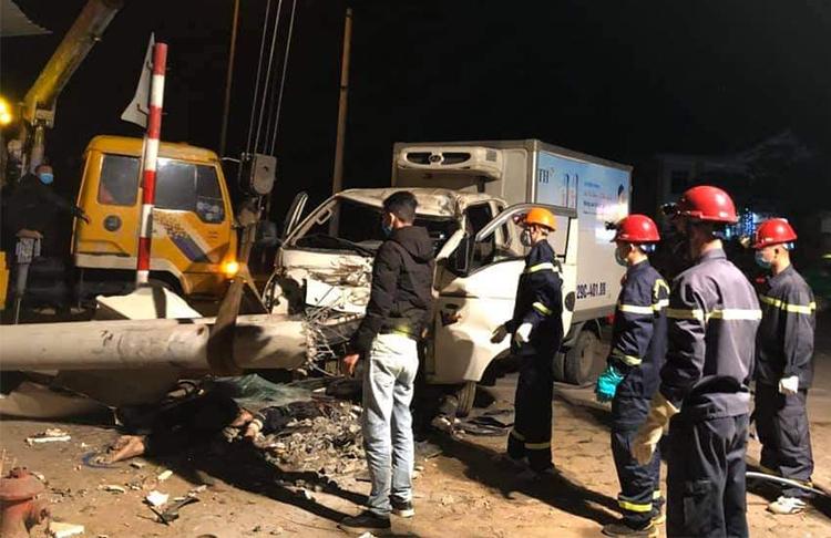 Cảnh sát chữa cháy cứu hộ vụ tai nạn. Ảnh: Công an cung cấp