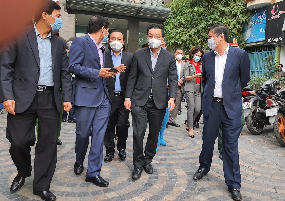 Chủ tịch UBND TP Chu Ngọc Anh kiểm tra công tác phòng, chống dịch Covid 19 tại toà nhà chung cư 88 Láng Hạ sáng 5/2. Ảnh: Võ Hải.