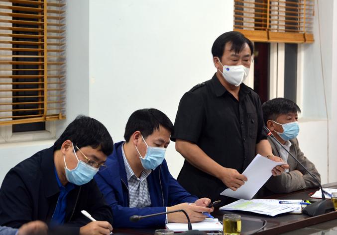 Ông Vừ A Bằng, Phó chủ tịch UBND tỉnh, Phó trưởng Ban Chỉ đạo phòng, chống dịch Covid-19 tỉnh Điện Biên, thông tin nhanh về các trường hợp dương tính với nCoV tại cuộc họp khẩn tối 4/2. Ảnh: ĐBP