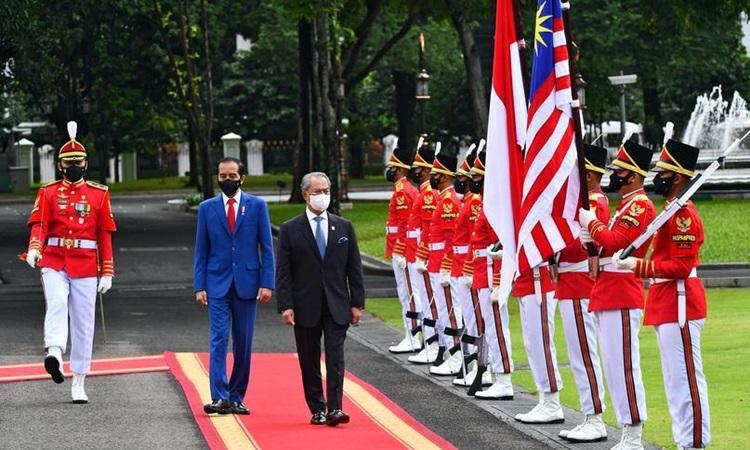 Tổng thống Indonesia Joko Widodo tiếp đón Thủ tướng Malaysia Muhyiddin Yassin tại phủ tổng thống ở Jakarta hôm nay. Ảnh: Reuters.