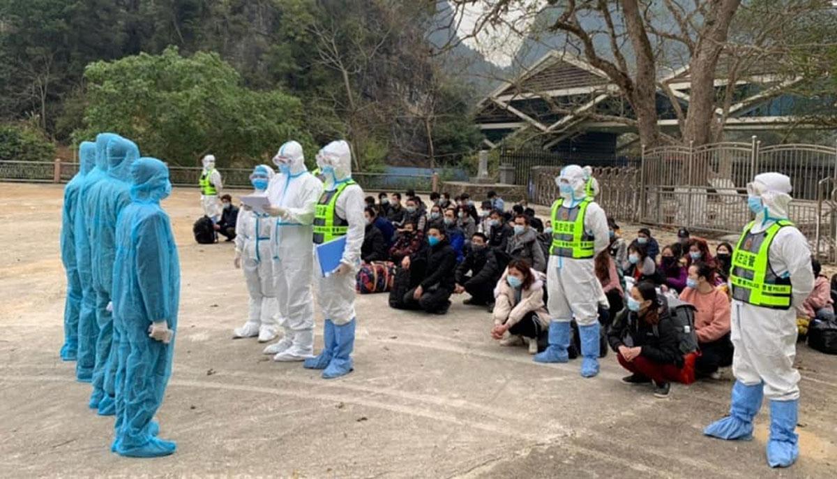Lực lượng chức năng hai nước làm thủ tục bàn giao công dân. Ảnh: Bộ đội biên phòng Cao Bằng