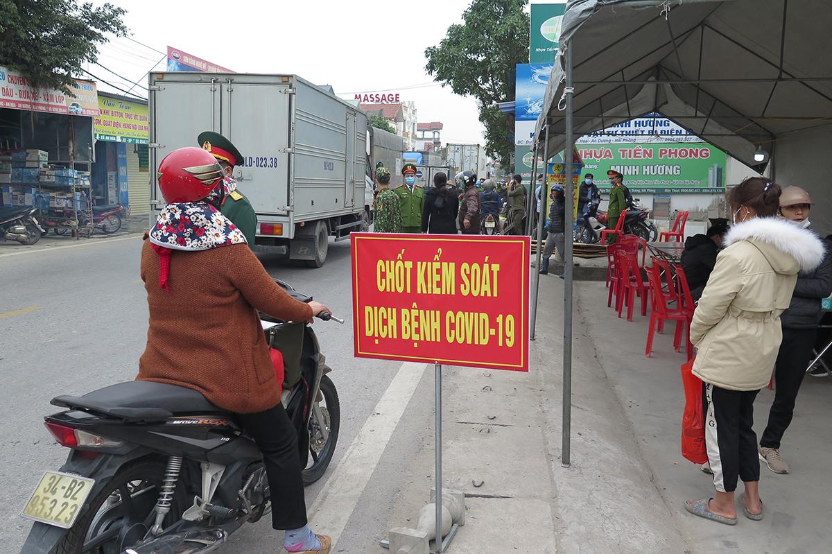 Tất cả người dân từ Hải Dương và Quảng Ninh sang Hải Phòng đều bị các chốt kiểm soát tại các cửa ngõ yêu cầu quay đầu xe. Nếu vào sẽ bị đưa đi cách ly y tế tập trung tại các cơ sở và phải trả phí. Ảnh: Giang Chinh