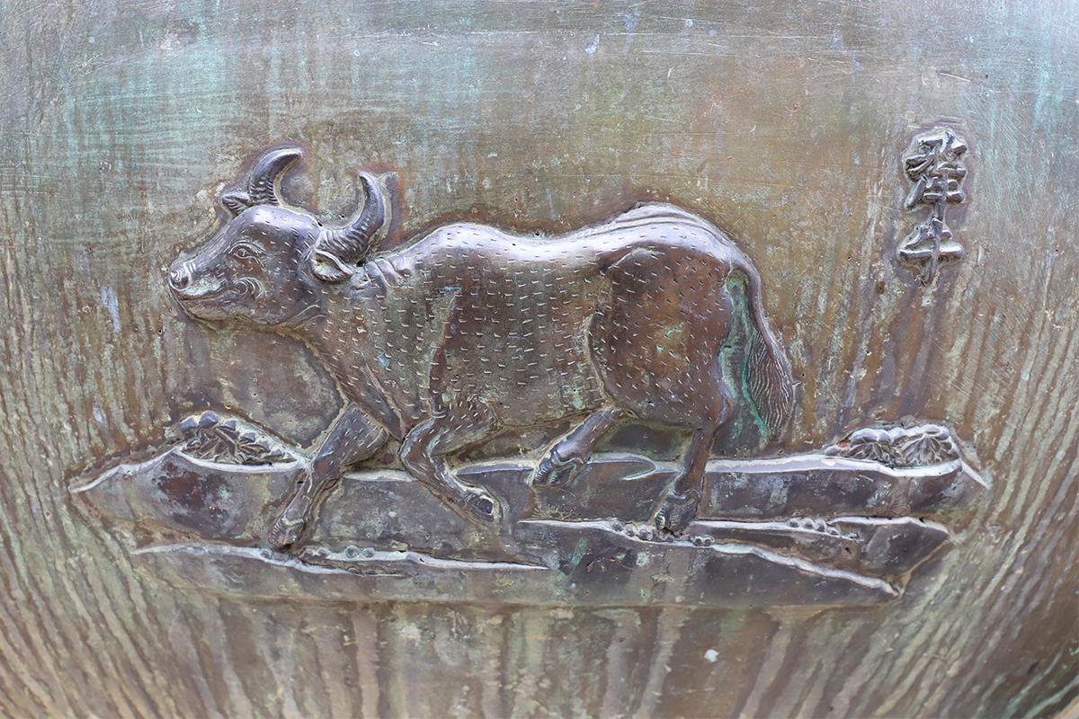 Hình tượng con trâu trang trí trên Cửu đỉnh ở Thế Tổ miếu trong Hoàng cung Huế. Ảnh: Võ Thạnh