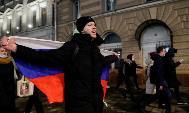 Người dân tham gia biểu tình phản đối bắt giam nhà hoạt động đối lập Alexei Navalny ở Moskva, Nga, hôm 2/2. Ảnh: Reuters,