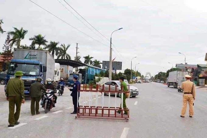 Chốt kiểm soát được lập tại trên quốc lộ 18A, địa phận xã Bình Dương thị xã Đông Triều (Quảng Ninh) giáp với thành phố Chí Linh (Hải Dương). Ảnh: Bảo Thắng