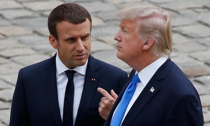 Cựu tổng thống Mỹ Donald Trump (phải) và Tổng thống Pháp Emmanuel Macron gặp nhau tại Paris năm 2017. Ảnh: Reuters.