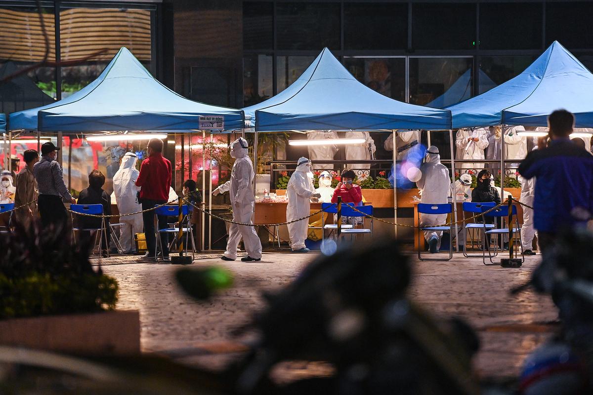 Lực lượng y tế đã lấy mẫu làm xét nghiệm cho trên 900 người tại toà nhà 88 Láng Hạ xuyên đêm. Ảnh: Giang Huy.