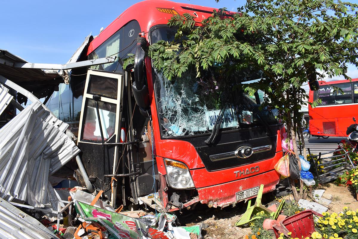 Phía trước quán phở bị xe khách tông sập, sáng 5/2. Ảnh: An Phước.