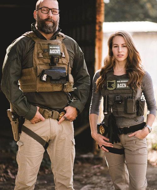 Hai thợ săn tiền thưởng, hay còn gọi là người truy tìm nghi phạm bỏ trốn, ở Mỹ. Ảnh: Charla Ayers Photography.