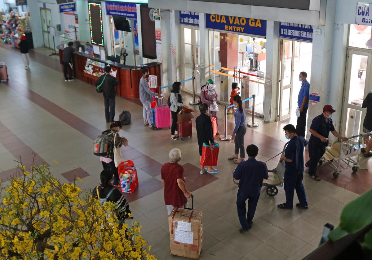 Khách lác đác chờ lên tàu SE22 tại ga Sài Gòn, trưa 6/2. Ảnh: Gia Minh.
