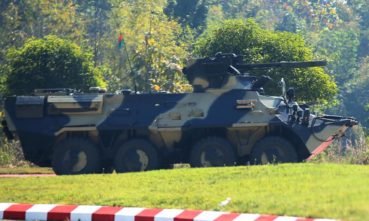 Một thiết giáp BTR-3U của quân đội Myanmar đỗ gần tòa nhà quốc hội tại thủ đô Naypyidaw, ngày 4/2. Ảnh: AFP.
