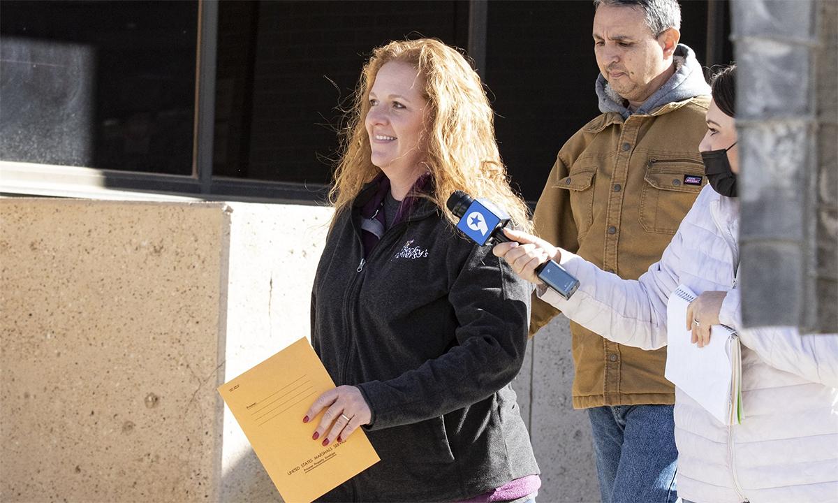 Jenny Cudd (áo đen) rời tòa án ở Midland, bang Texas, ngày 13/1. Ảnh: AP.