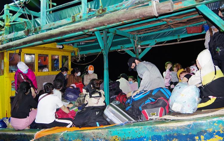 Tàu cá cùng 34 người từ Malaysia nhập cảnh trái phép hôm 3/2 được đưa về cửa biển Sông Đốc. Ảnh: Phú Tân
