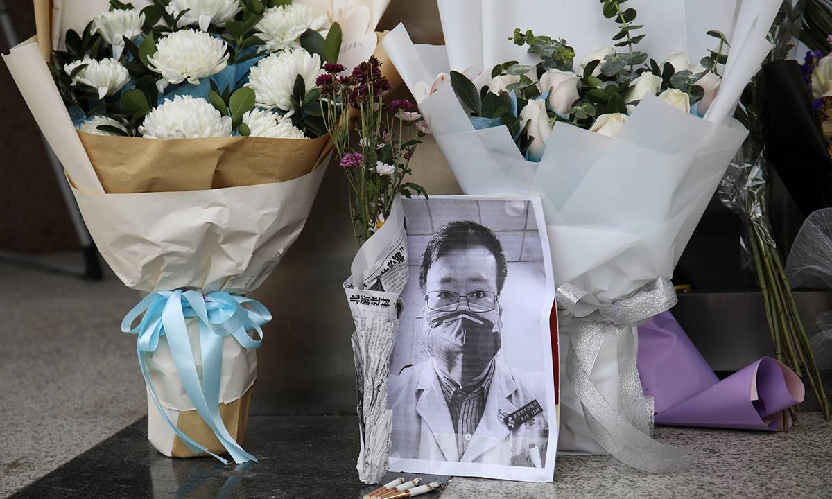Nơi tưởng niệm tạm thời dành cho bác sĩ Lý Văn Lượng tại lối vào Bệnh viện Trung ương Vũ Hán hôm 7/2/2020. Ảnh: Reuters.