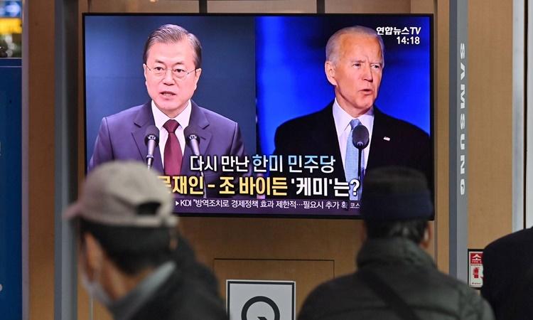 Hình ảnh Tổng thống Hàn Quốc Moon Jae-in và Tổng thống Mỹ Joe Biden được phát trên bản tin ở Seoul hồi tháng 11/2020. Ảnh: AFP.