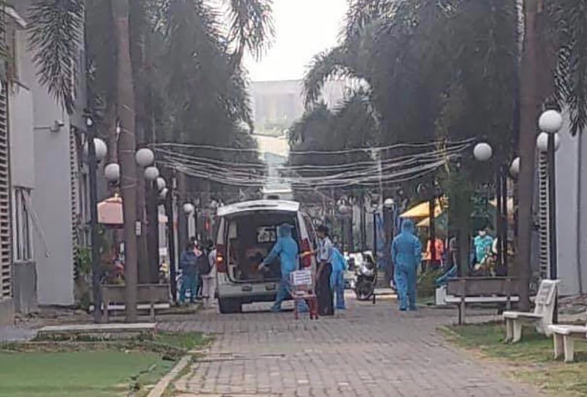 Nhân viên y tế đưa các trường hợp tiếp xúc gần đi cách ly. Ảnh: Yên Khánh