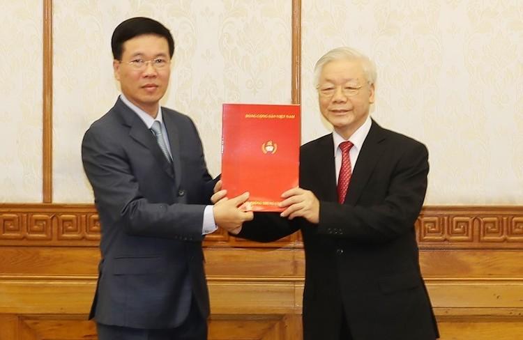 Ông Võ Văn Thưởng nhận Quyết định do Tổng Bí thư, Chủ tịch nước Nguyễn Phú Trọng trao, sáng 6/2. Ảnh: TTX