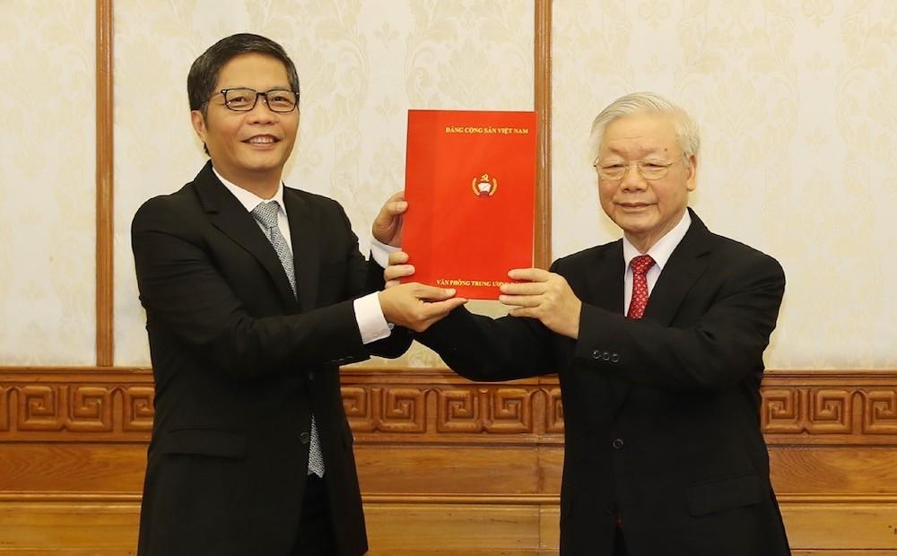 Ông Trần Tuấn Anh nhận quyết định giữ chức Trưởng Ban Kinh tế Trung ương sáng 6/2. Ảnh: TTXVN