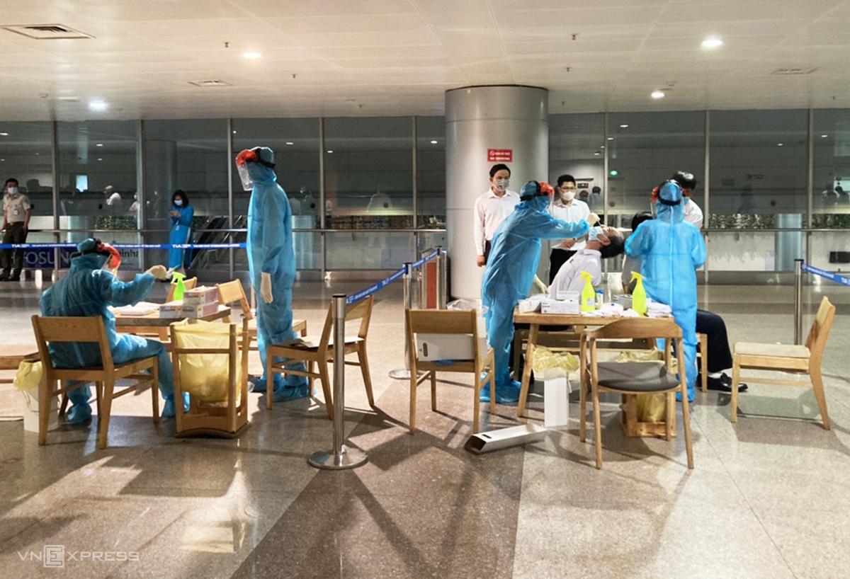 Nhân viên sân bay Tân Sơn Nhất được lấy mẫu xét nghiệm, chiều 4/2. Ảnh: Trung Sơn.