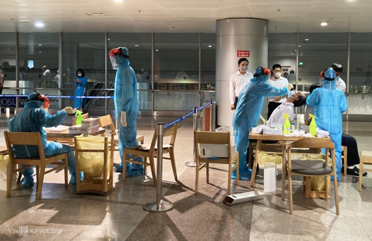 Nhân viên sân bay Tân Sơn Nhất được lấy mẫu xét nghiệm sàng lọc Covid-19, chiều 4/2. Ảnh: Trung Sơn.