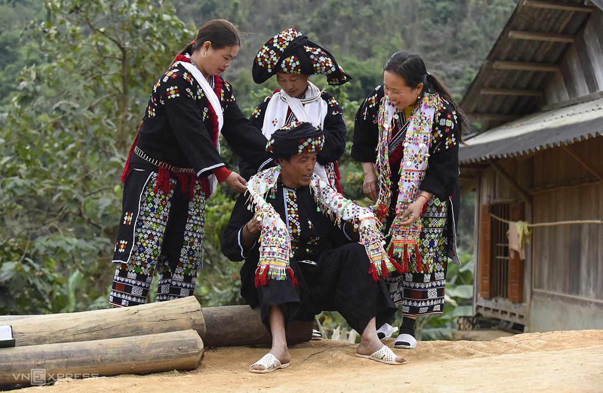 Phan Văn Sệnh vận bộ đồ truyền thống của người Dao Đỏ đi chơi Tết cùng bà con trong bản. Ảnh: Lê Hoàng.