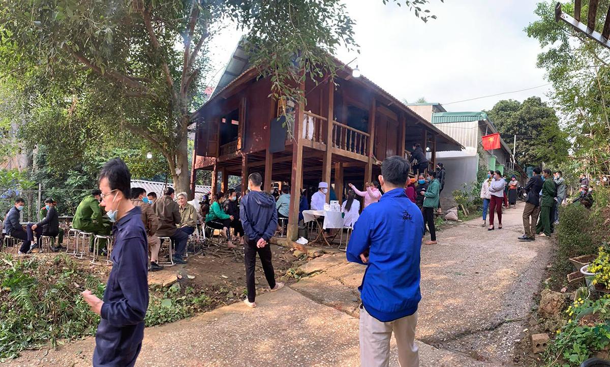 Gia đình và công an đang chuẩn bị lễ tang cho thiếu tá Luân tại thị trấn Mường Lát. Ảnh: Lam Sơn.