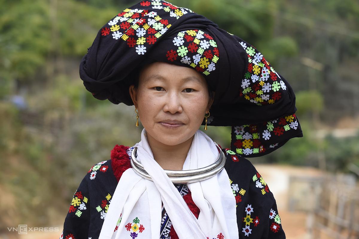 Trang phục truyền thống của người Dao Đỏ thường rất cầu kỳ. Để may một bộ váy có khi mất cả năm. Ảnh: Lê Hoàng.