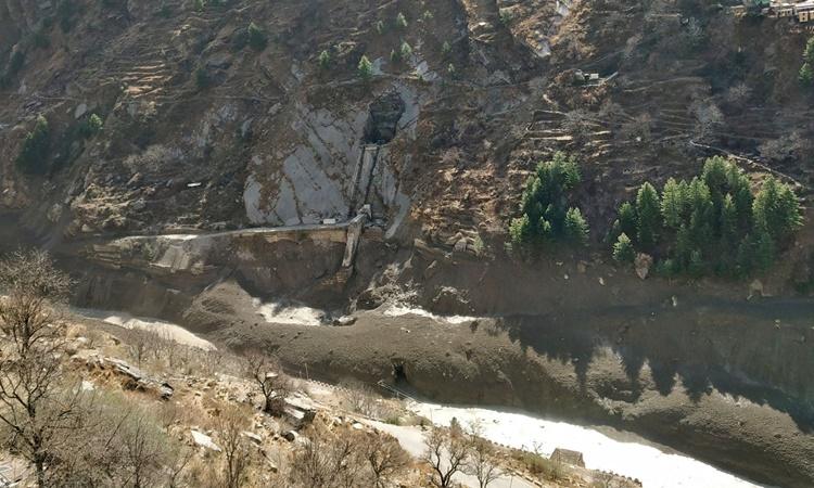 Con đập bị hư hại sau khi một sông băng ở Himalaya vỡ và đổ ập xuống tại làng Raini Chak Lata, quận Chamoli, phía bắc bang Uttarakhand, Ấn Độ, ngày 7/2. Ảnh: Reuters.