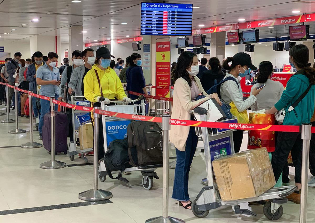 Hành khách làm thủ tục ở sân bay Tân Sơn Nhất ngày 6/2. Ảnh: Quỳnh Trần.