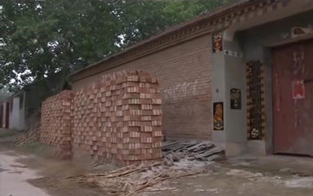 Căn nhà được xây tường cao của Đức. Ảnh: CCTV.