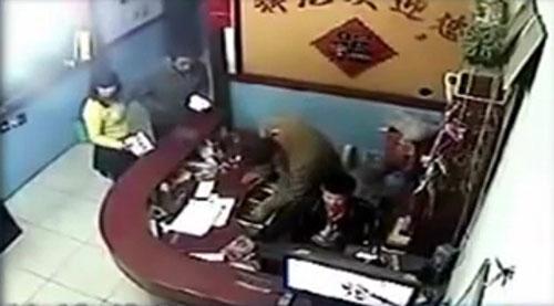 Nạn nhân Cử thuê phòng khách sạn cùng một phụ nữ trước khi chết. Ảnh: CCTV.
