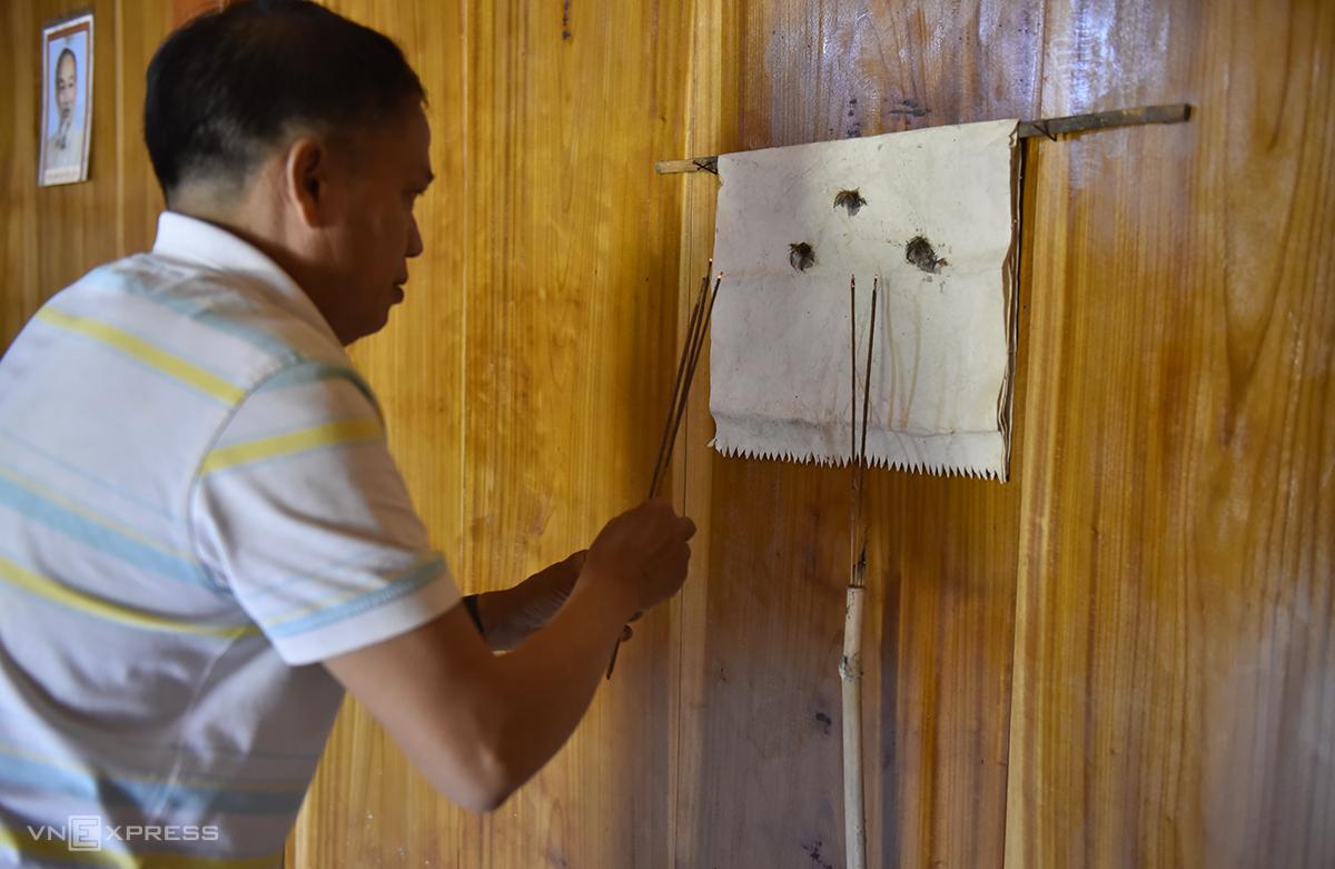 Đêm 30, ông Cụa sẽ dùng giấy mới thay bàn thờ cho gia đình. Ảnh: Lê Hoàng.