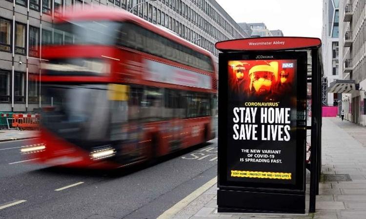 Một tấm biển cảnh báo người dân về nCoV chủng mới tại trung tâm thủ đô London, Anh, ngày 8/1. Ảnh: AFP.