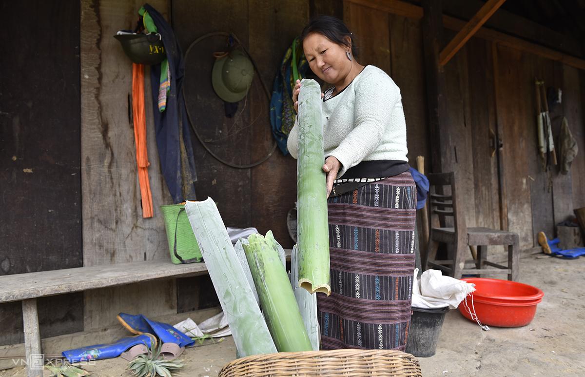 Những ống giang, vầu bánh tẻ được phụ nữ lên rừng chọn về chuẩn bị làm giấy bản dịp Tết. Ảnh: Lê Hoàng.