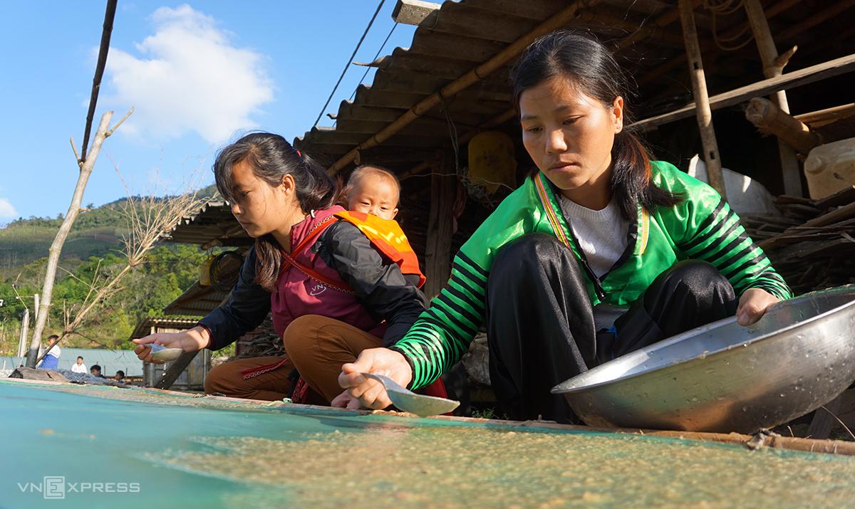 Hầu hết mọi công đoạn làm giấy bản đều do phụ nữ các bản Mông đảm trách. Ảnh: Lê Hoàng.