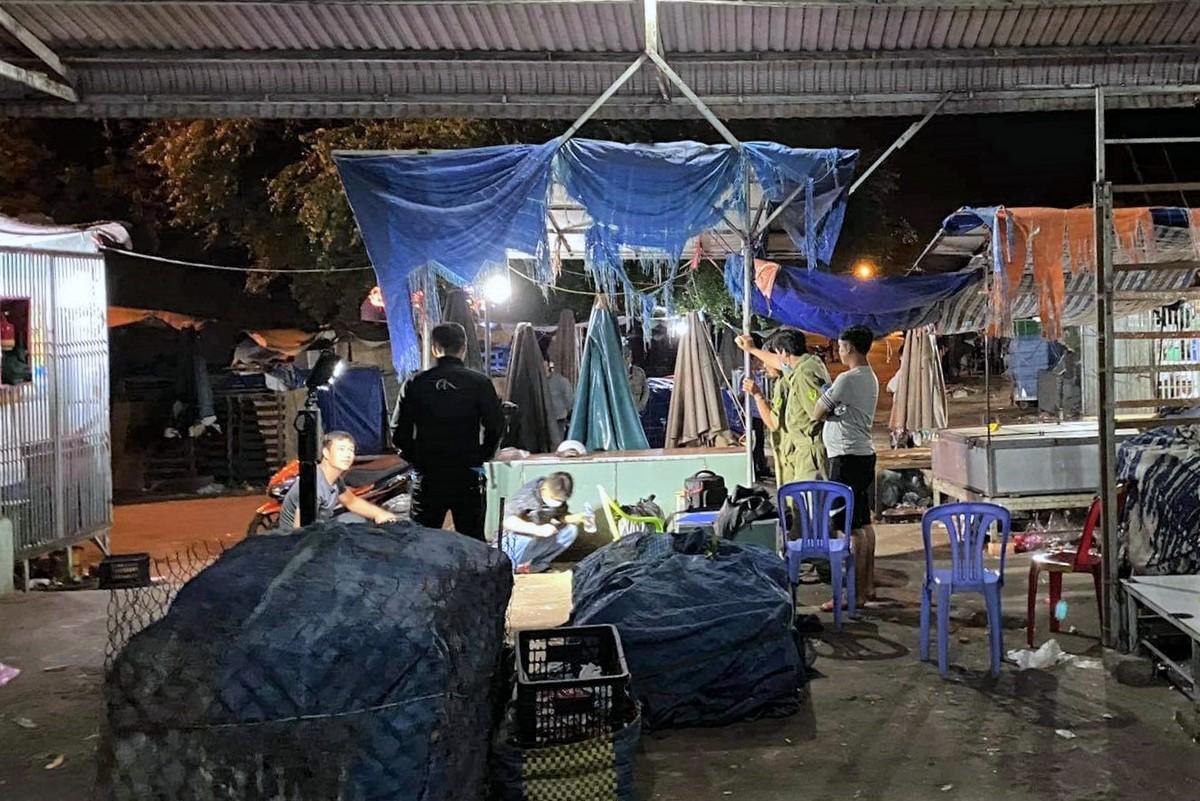 Cảnh sát Bình Thuận khám nghiệm hiện trường vụ án mạng tại chợ Phan Rí Cửa, rạng sáng 8/2. Ảnh: Đức Huynh.