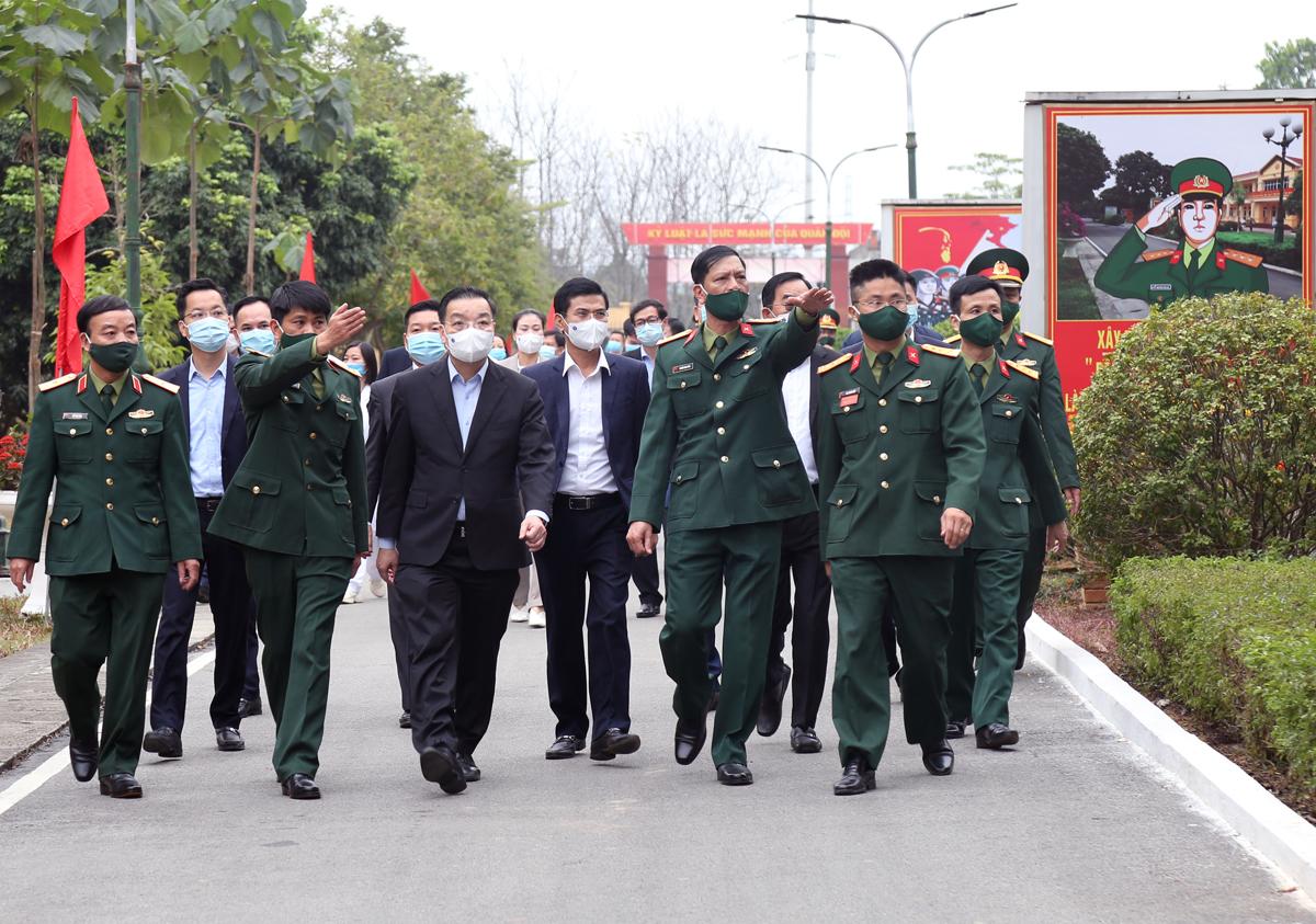 Chủ tịch UBND TP Hà Nội Chu Ngọc Anh đi thăm, kiểm tra tại khu cách ly tập trung tại Trung đoàn 58 sáng 8/2. Ảnh: Võ Hải.