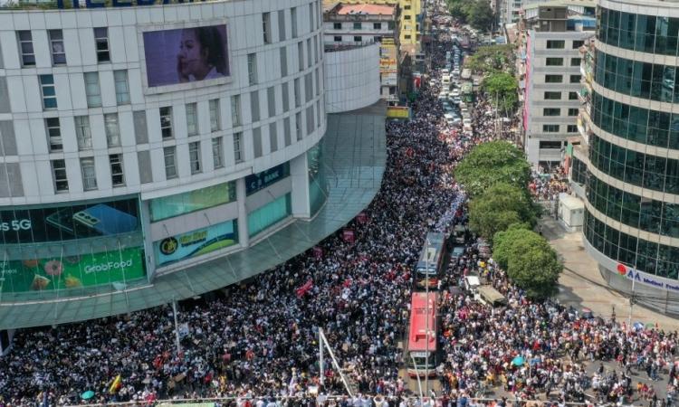 Người dân Myanmar đổ xuống khắp đường phố Yangon biểu tình phản đối đảo chính hôm nay. Ảnh: AFP.