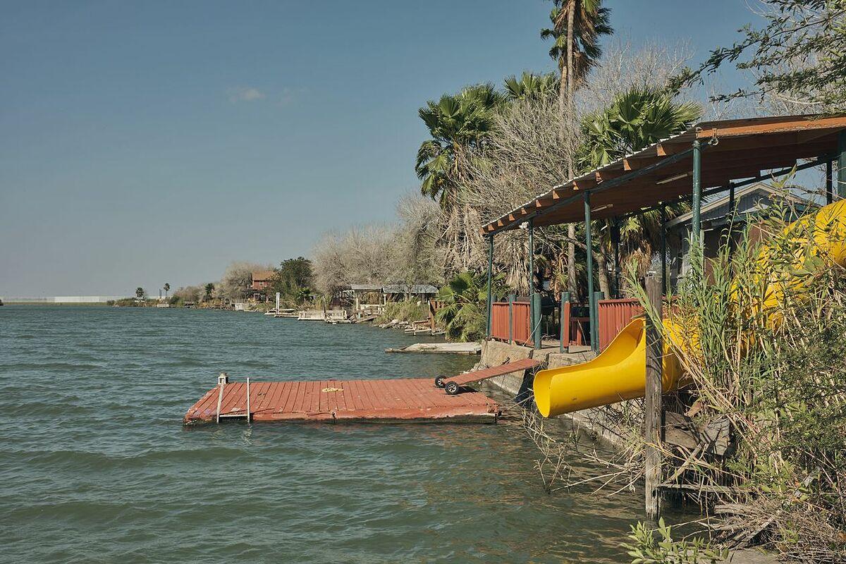 Cabin gia đình Cavazos cho các gia đình thuê để câu cá, chèo thuyền, tổ chức tiệc nướng. Ảnh: WSJ.