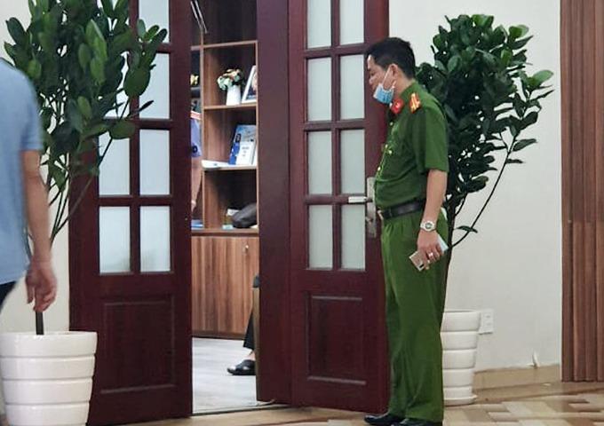 Cảnh sát làm việc với những người liên quan tại Bệnh viện Mắt TP HCM ngày 4/11/2010. Ảnh: Văn Vũ.