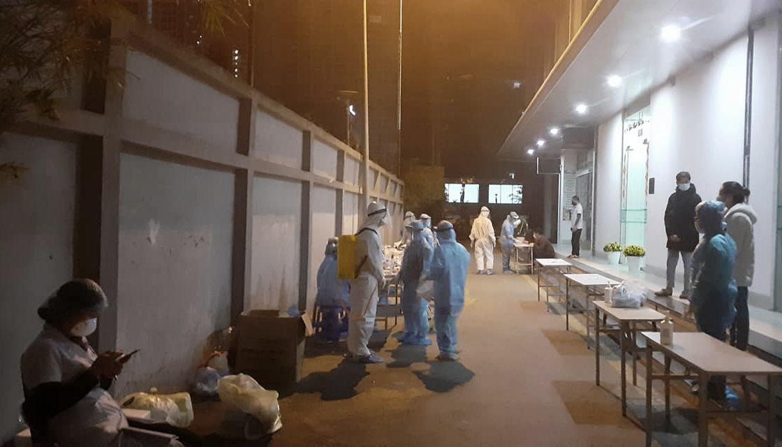Nhân viên y tế lấy mẫu xét nghiệm tại chung cư Garden Hill đêm 7/2. Ảnh: CDC.