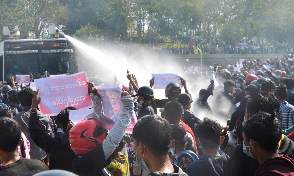 Cảnh sát dùng vòi rồng giải tán người biểu tình ở Naypyidaw ngày 8/2. Ảnh: AFP.