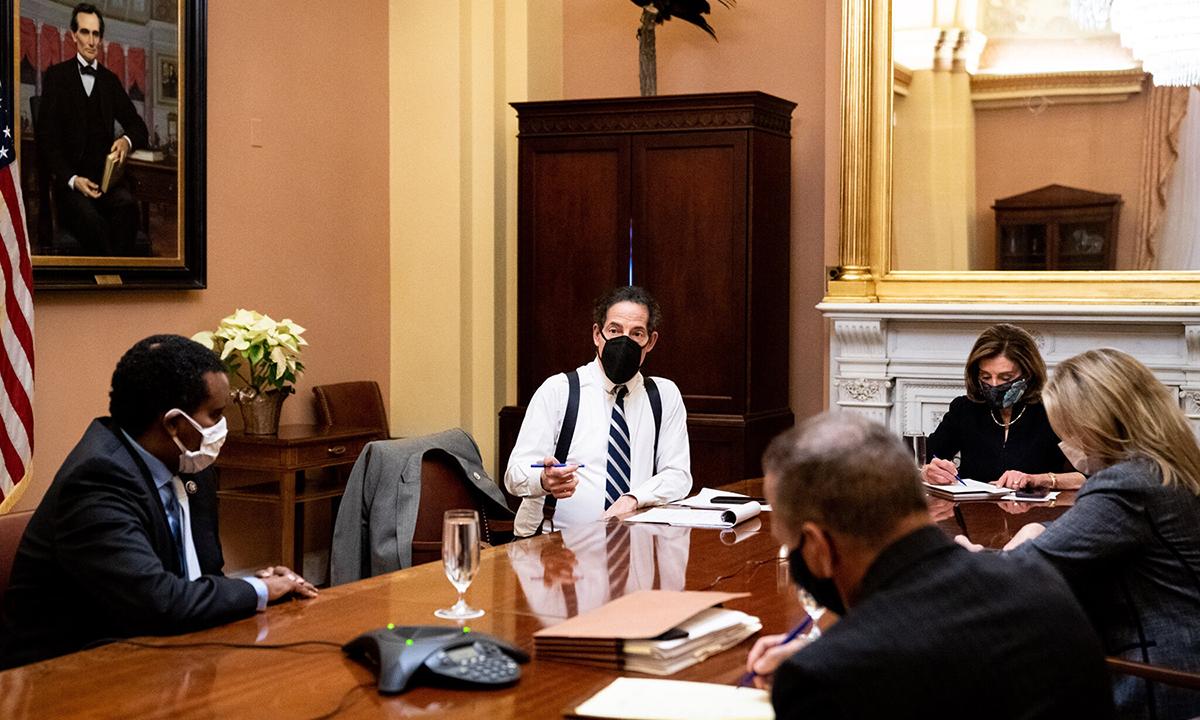 Nhóm phụ trách luận tội Trump của Hạ viện nhóm họp với Chủ tịch Nancy Pelosi tháng trước. Ảnh: NYTimes.