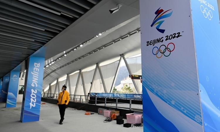 Một phóng viên thăm Trung tâm Trượt băng Quốc gia, địa điểm tổ chức Thế vận hội Mùa đông Bắc Kinh 2022, tại Bắc Kinh hôm 5/2. Ảnh: AFP.