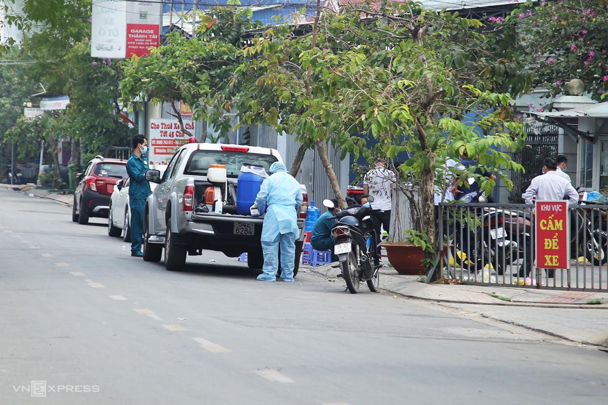 Nhân viên y tế quận Gò Vấp phun thuốc khử trùng và lấy mẫu xét nghiệm tại chung cư Felix Home, sáng 8/2. Ảnh:Đình Văn.